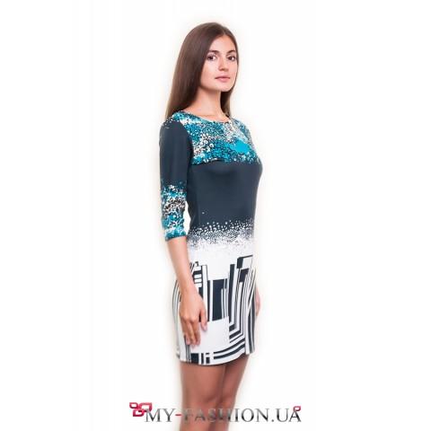 Короткое платье-футляр с оригинальным принтом