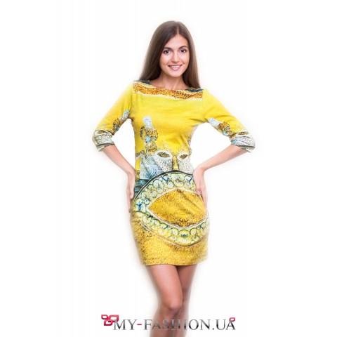 Жёлтое короткое платье с принтом