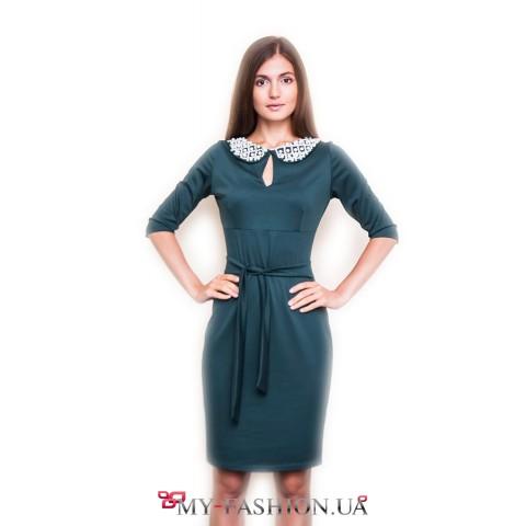 Зелёное трикотажное платье с бусами