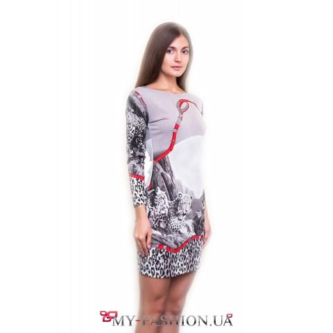 Стильное платье с интересным принтом