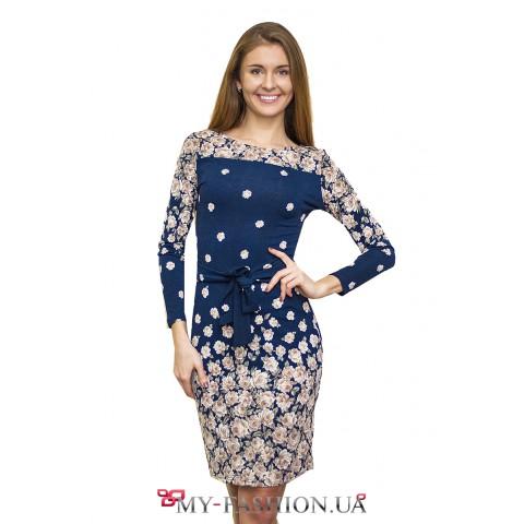 Синее платье-футляр с бежевыми розами