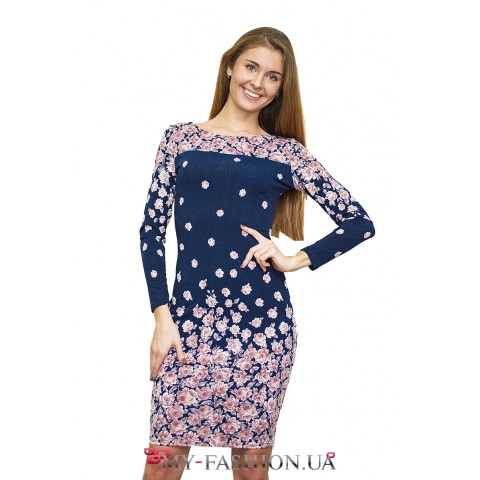Синее платье-футляр с розовыми розами