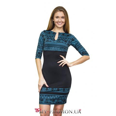 Чёрное платье-футляр с бирюзовым узором