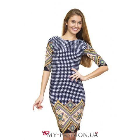Пёстрое платье с этническим орнаментом