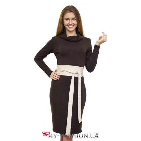 Коричневое трикотажное платье с поясом