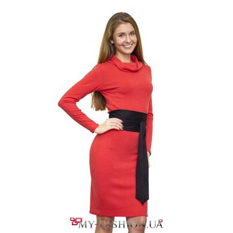 Коралловое трикотажное платье с чёрным поясом