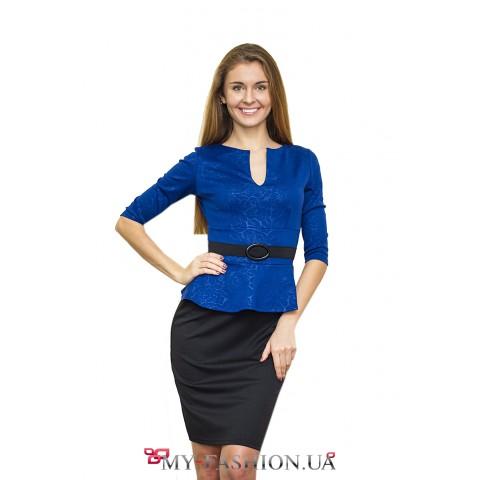 Стильное синее платье, подчеркивающее силуэт