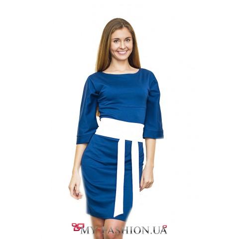 Классическое синее платье с белым поясом