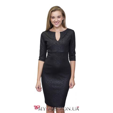 Чёрное трикотажное платье приталенного силуэта