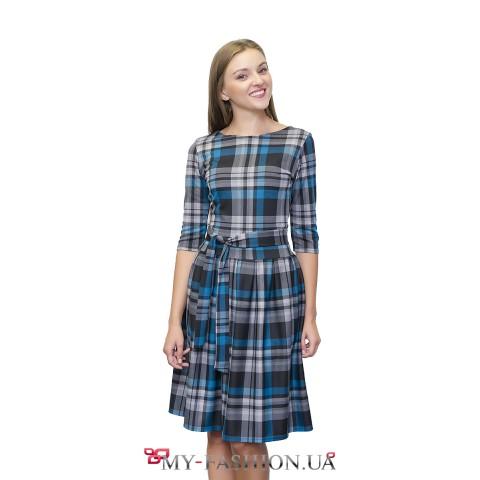 Клетчатое платье средней длины с юбкой в складку