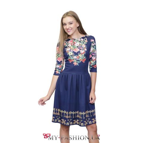 Яркое синее платье-миди со стильным принтом