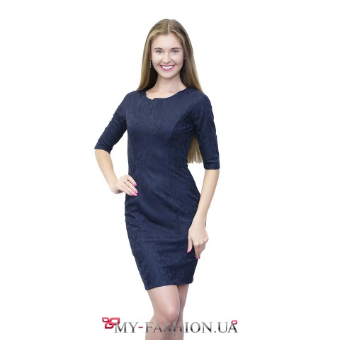 Платье-футляр синего цвета с растительным орнаментом