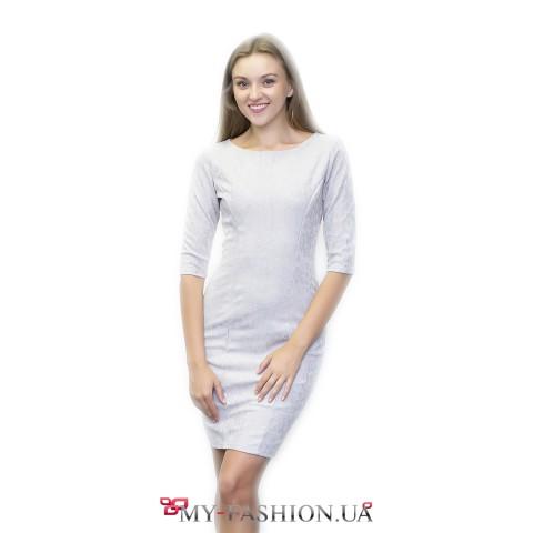 Платье-футляр белого цвета с растительным орнаментом