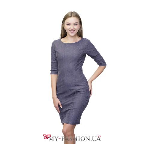 Платье-футляр серого цвета с растительным орнаментом
