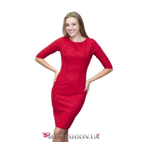 Красное платье-футляр с цветочным орнаментом
