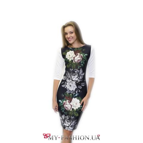 Чёрно-белое платье-футляр с принтом вышивки