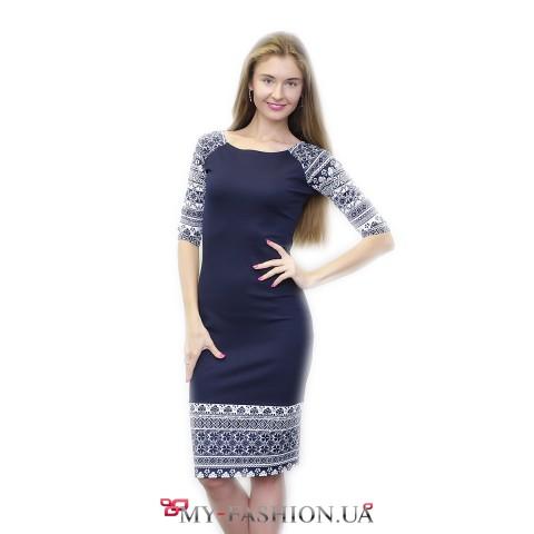 Синее платье-миди с белым орнаментом