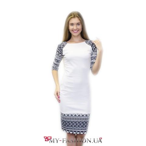 Белое платье-миди с синим орнаментом