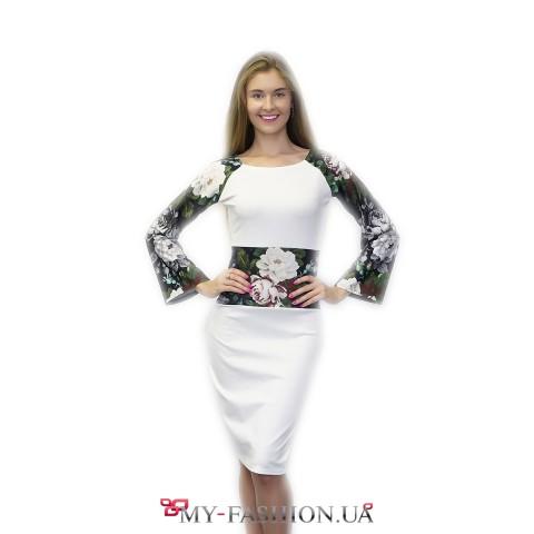 Белое платье-футляр с расклешёнными рукавами