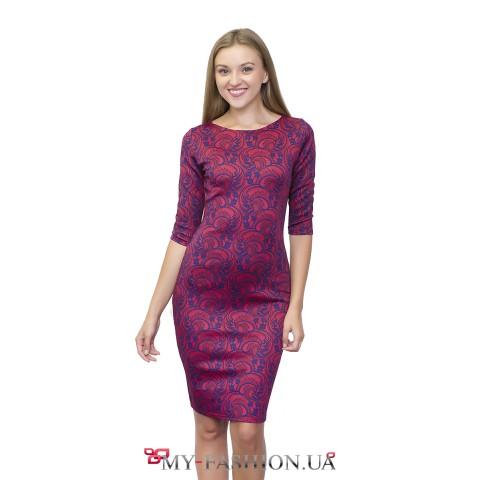 Красное платье-футляр с принтом синего кружева