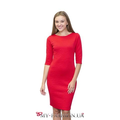 Яркое красное платье из стёганого трикотажа