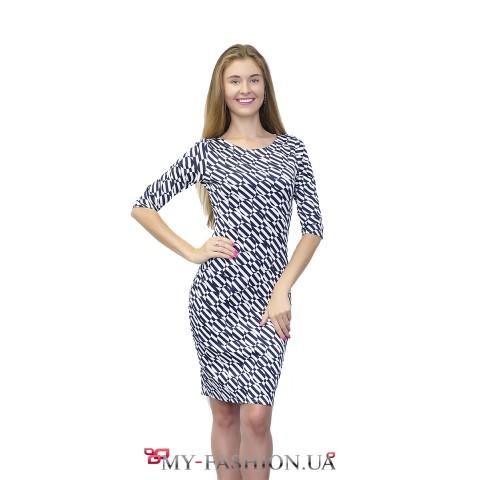 Приталенное платье с геометрическим узором