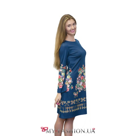 Голубое трикотажное платье с ярким принтом