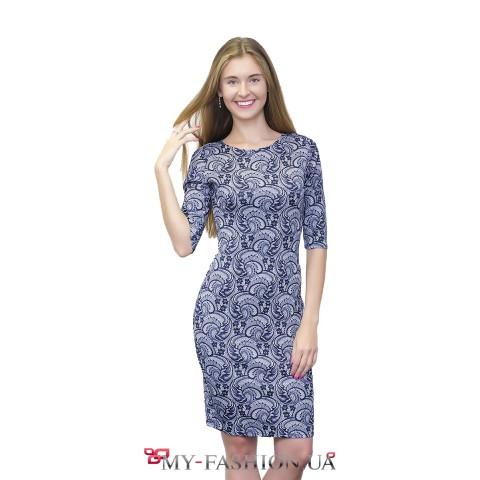 Бело-синее платье классического кроя с кружевным принтом