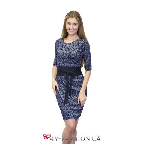 Синее платье с кружевным принтом и широким поясом