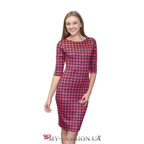 Приталенное платье-футляр с узором в гусиную лапку