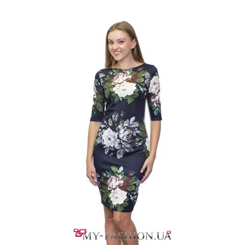 Красивое платье-футляр с принтом вышитых роз
