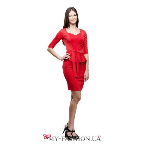 Красное платье-футляр с глубоким треугольным вырезом