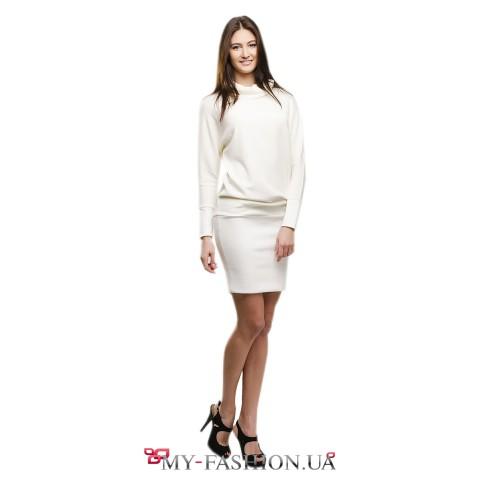 Платье-футляр белого цвета с воротником-хомутом
