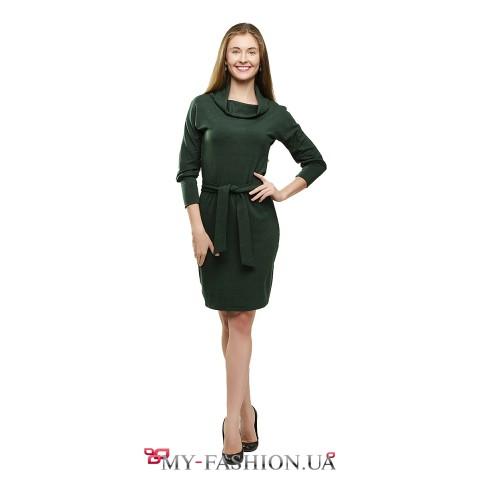 Зелёное платье-футляр с воротником-хомутом