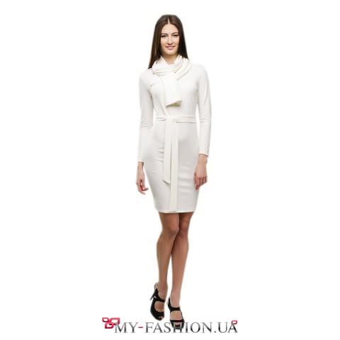 Тёплое белое платье-футляр с шарфом