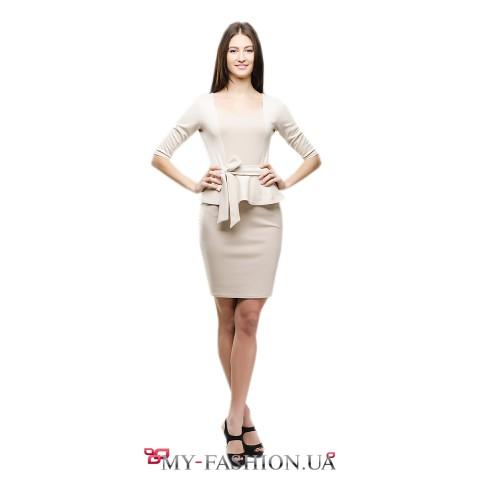 Платье-футляр бежевого цвета с басочкой