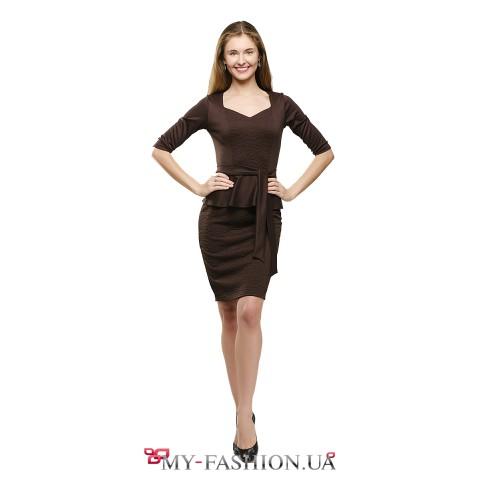 Платье-футляр коричневого цвета с басочкой