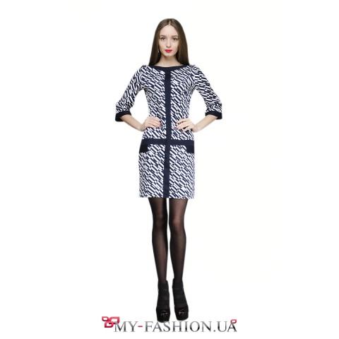 Сине-белое платье с геометрическим узором