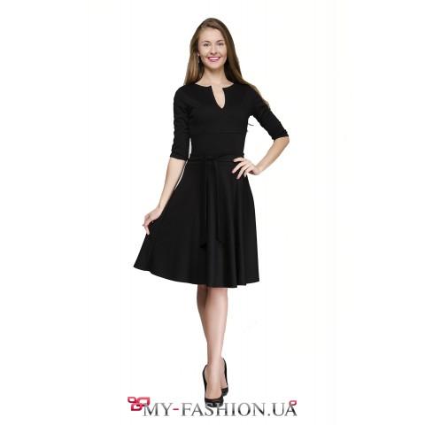 Офисное платье чёрного цвета с расклешённой юбкой