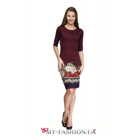 Платье-футляр бордового цвета с крупными розами