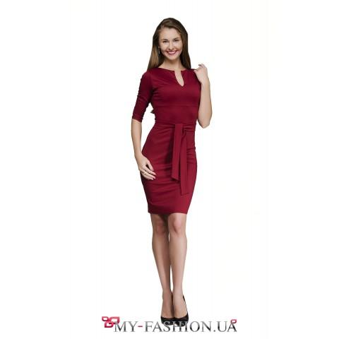 Платье-футляр цвета вина с поясом