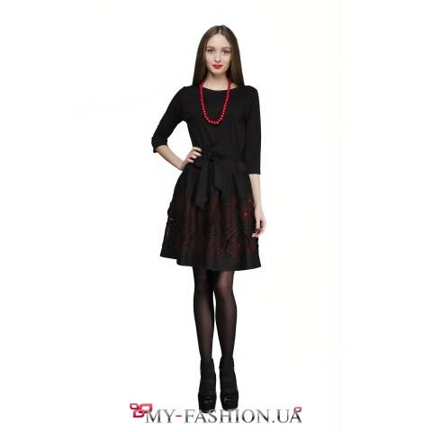 Чёрное платье с красными цветами