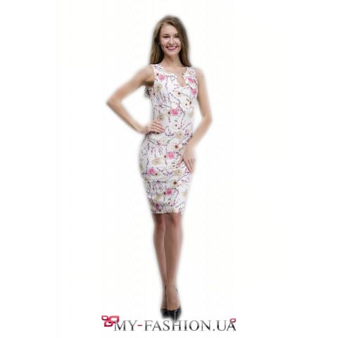 Белое летнее платье с разрезом на груди