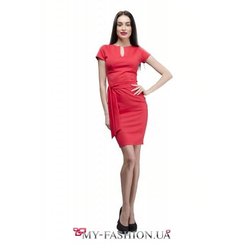 Платье кораллового цвета с разрезом на груди