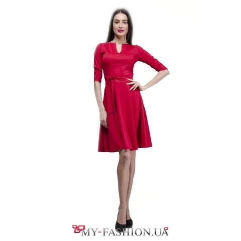 Платье кораллового цвета с расклешённой юбкой