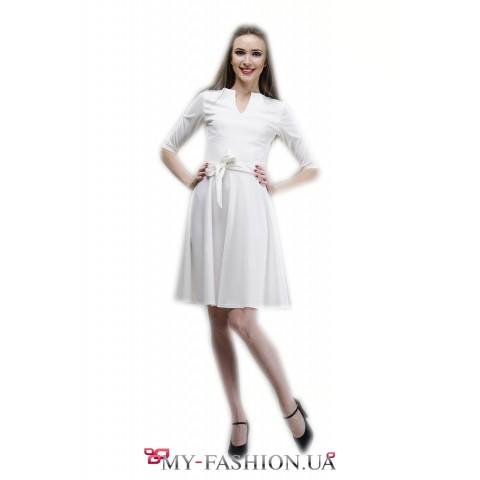 Платье белого цвета с расклешённой юбкой