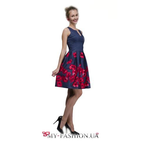 Синее платье с красными цветами на юбке
