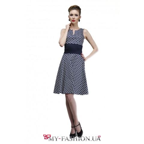 Офисное платье с узором сине-белого цвета