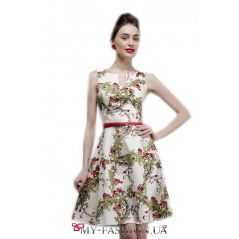 Летнее платье без рукавов с модным принтом