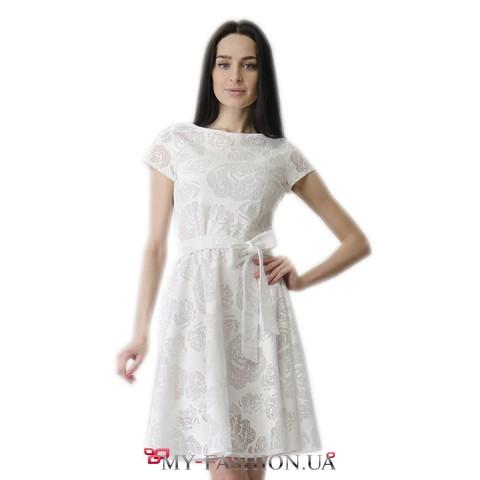Белое нарядное платье с расклешённой юбкой